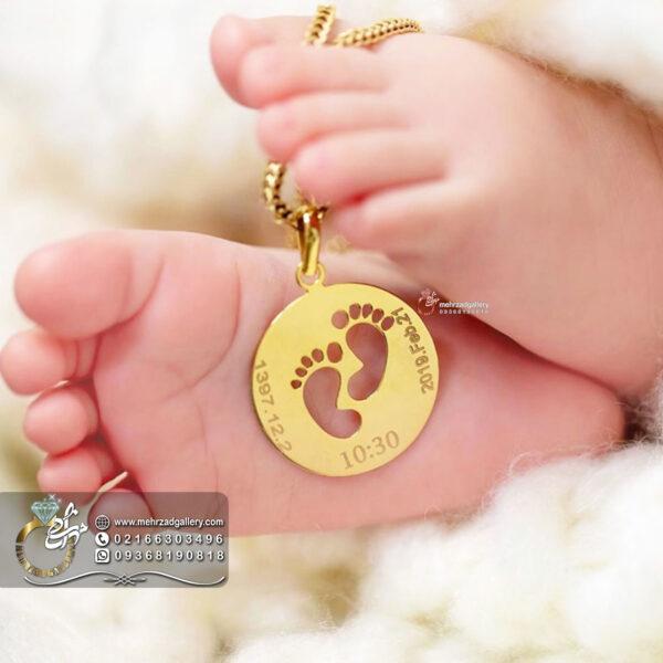 پلاک طلا نوزاد طرح جای پا با تاریخ تولد